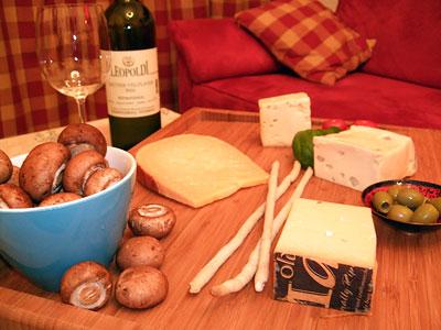 eine romantische Käseauswahl mit Weißwein