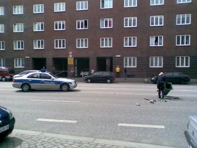 Polizei beseitigt Reste einer Straßensperre