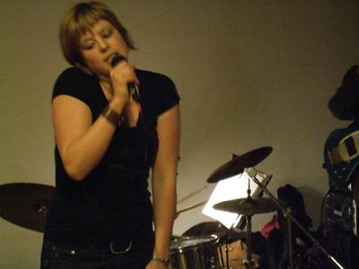 Die Sängerin der Liveband