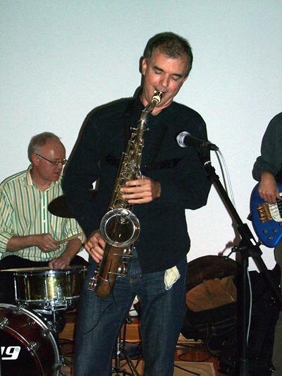 Der Saxophonist der Liveband